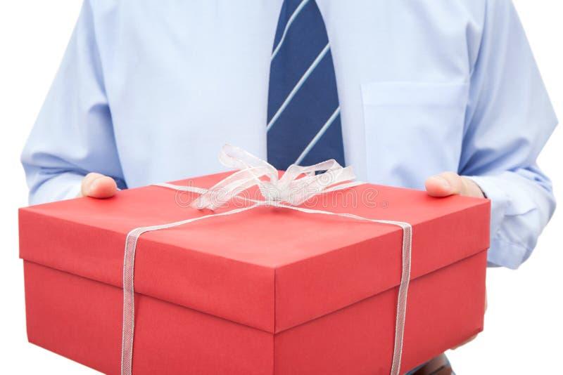 Homem com a caixa de presente fechado nas mãos imagens de stock royalty free