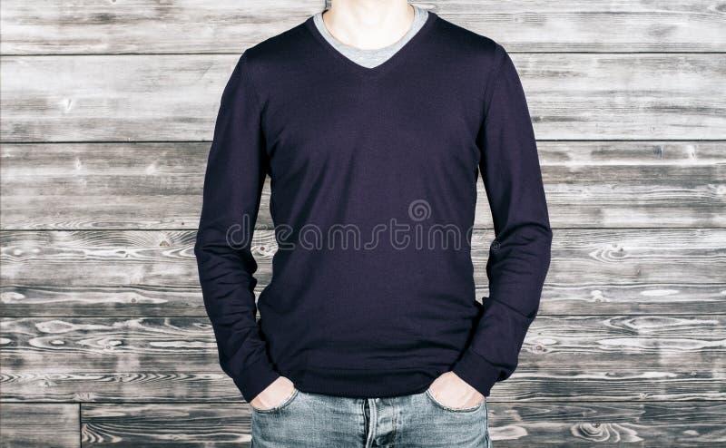 Homem com camisa e as calças de brim escuras fotografia de stock