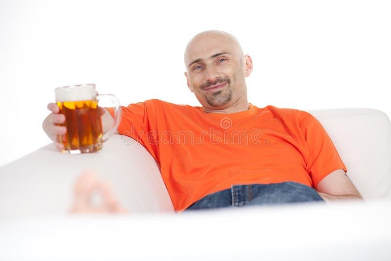 Homem com caneca de cerveja fotografia de stock