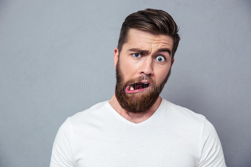 Homem com caneca estúpida imagens de stock royalty free