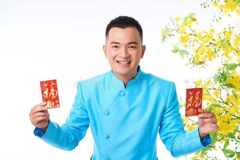 Homem com cartões tradicionais foto de stock