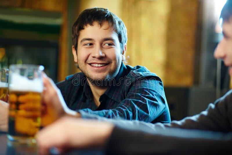 Homem com cerveja fotografia de stock royalty free