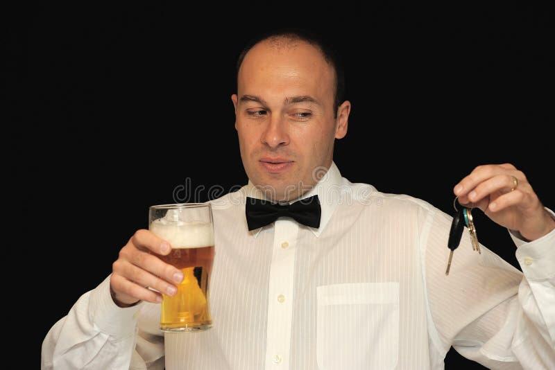 Homem com cerveja e chaves fotos de stock