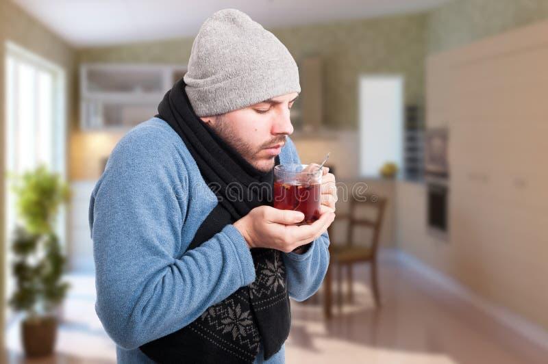Homem com chá bebendo do grippe ou da gripe fotos de stock royalty free