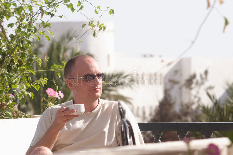 Homem com chávena de café foto de stock royalty free