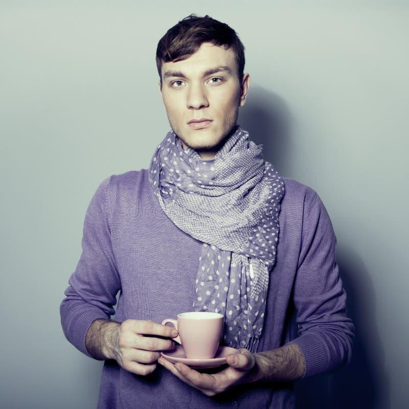 homem com a chávena de café em suas mãos fotos de stock