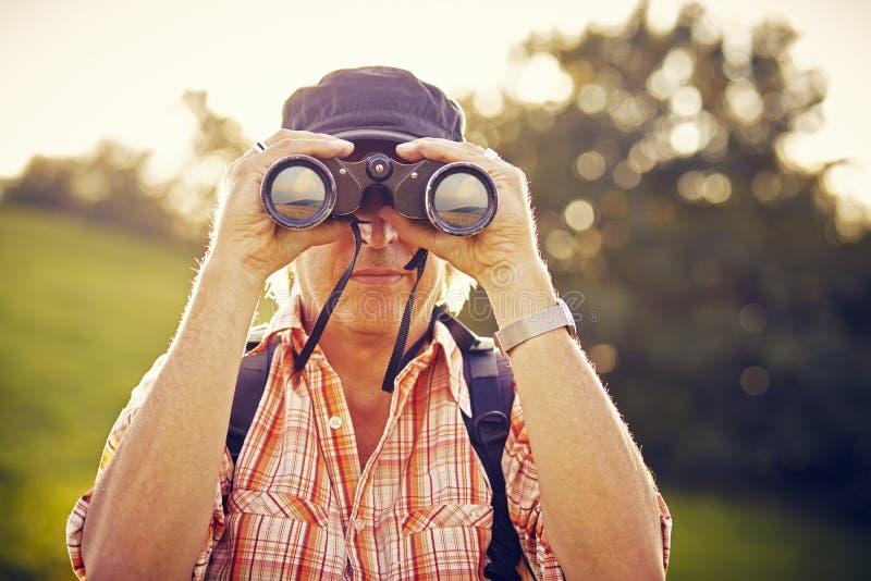 Homem com chapéu e binóculos fotografia de stock