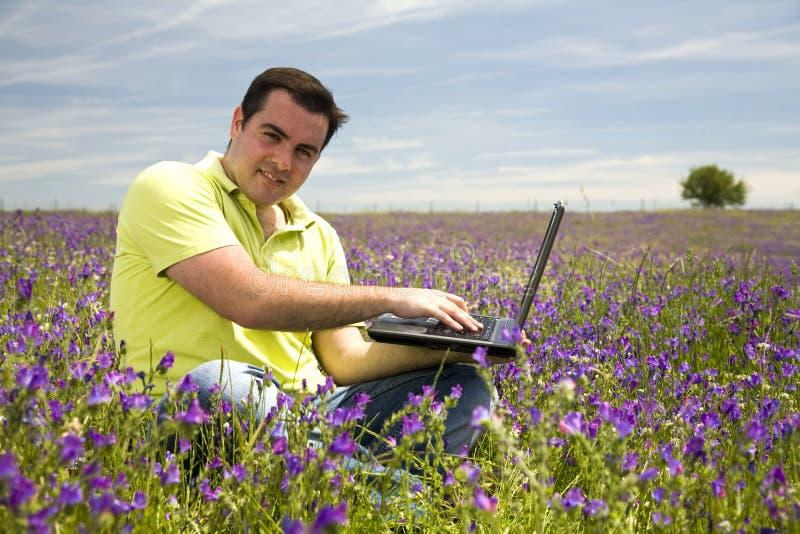 Homem com computador portátil fotografia de stock