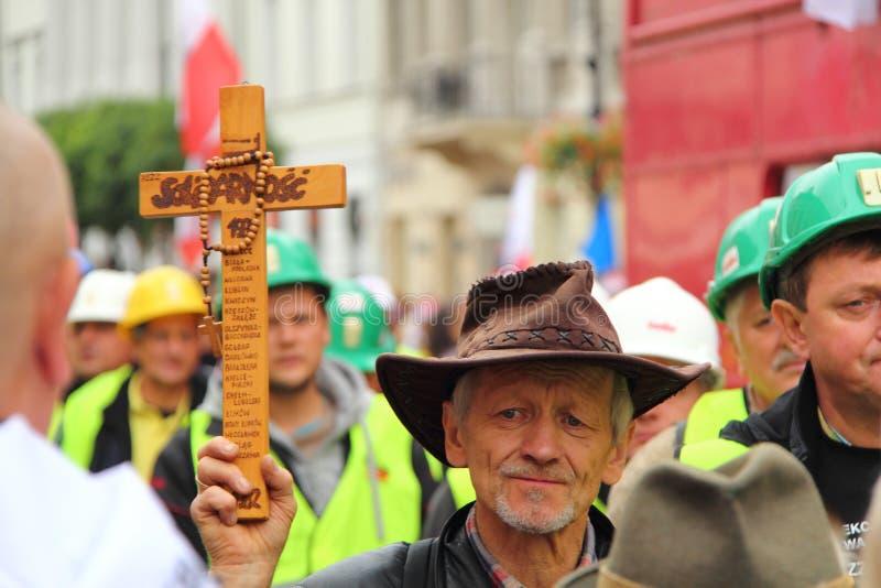 Homem com cruz imagem de stock royalty free