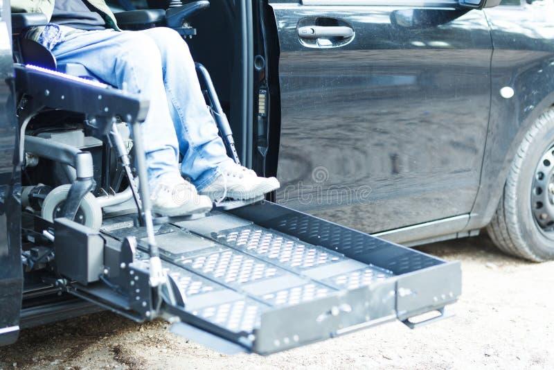 Homem com deficiência dirigindo um carro fotos de stock