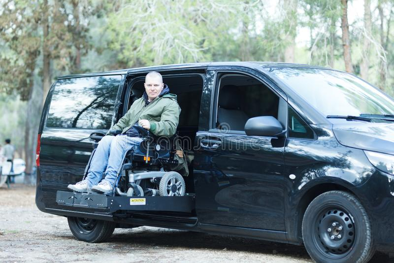 Homem com deficiência no elevador da cadeira de rodas fotos de stock royalty free