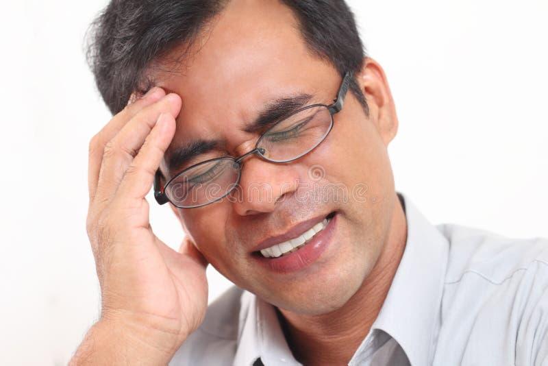 Homem com dor de cabeça fotografia de stock royalty free