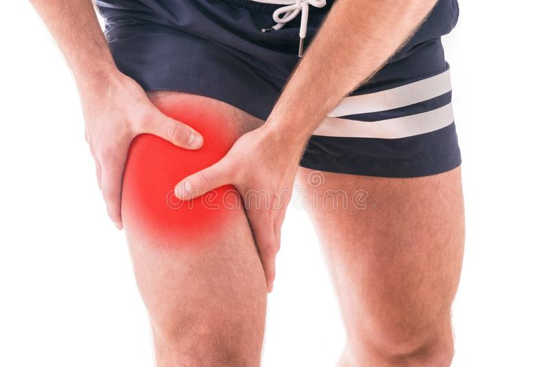 Homem com dor do quadríceps fotografia de stock