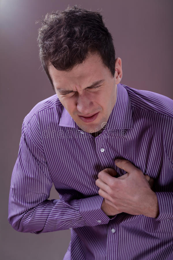 Homem com dor no peito imagens de stock royalty free