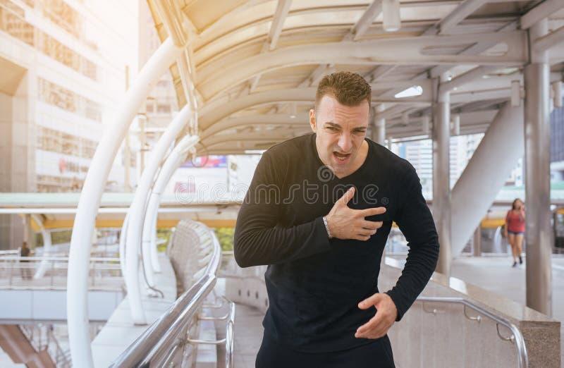 Homem com dor no peito forte e mãos que tocam em sua caixa, sintoma do cardíaco de ataque fotografia de stock royalty free