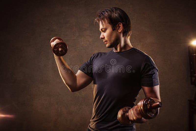 Homem com dumbbells imagens de stock