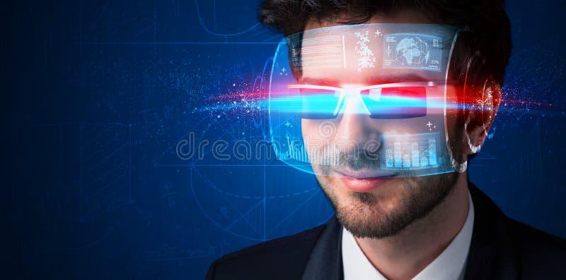 Homem com elevação futura - vidros espertos da tecnologia