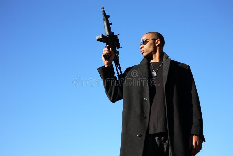 Homem com espingarda de assalto fotos de stock