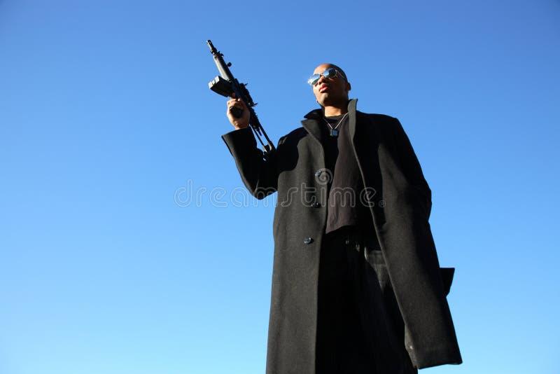 Homem com espingarda de assalto imagem de stock