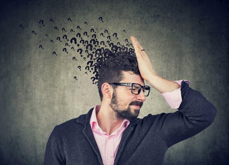 Homem com express?o preocupada da cara e muitas perguntas foto de stock royalty free