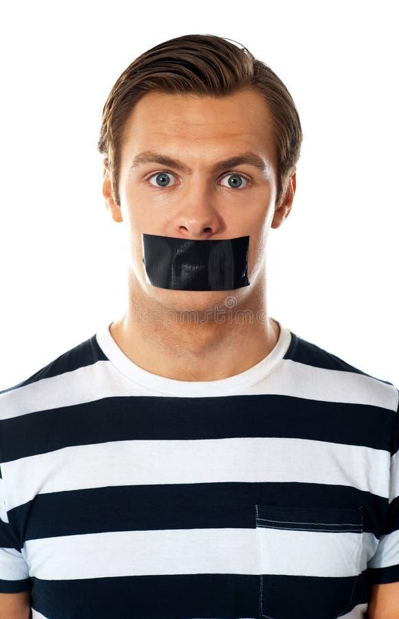 Homem com a fita do duto sobre sua boca imagens de stock