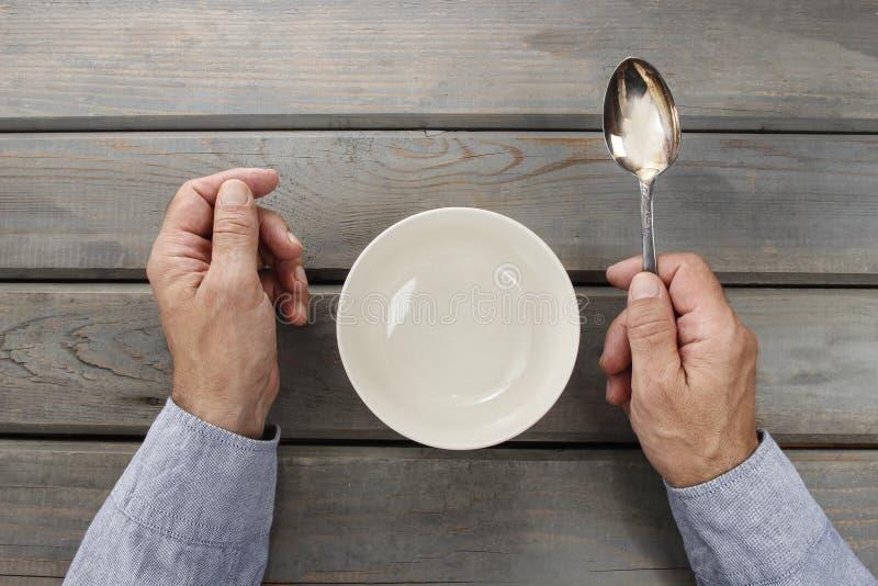 Homem com fome que espera sua refeição fotografia de stock