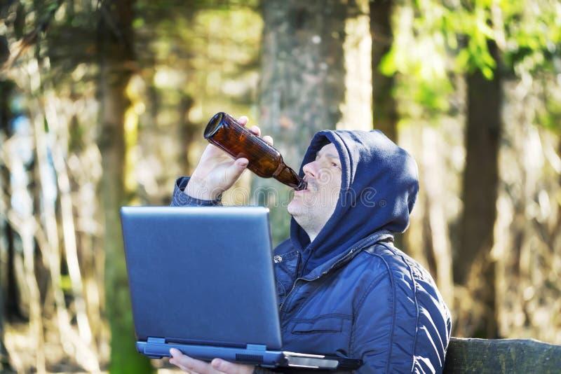 Homem com garrafa e PC de cerveja fotos de stock royalty free