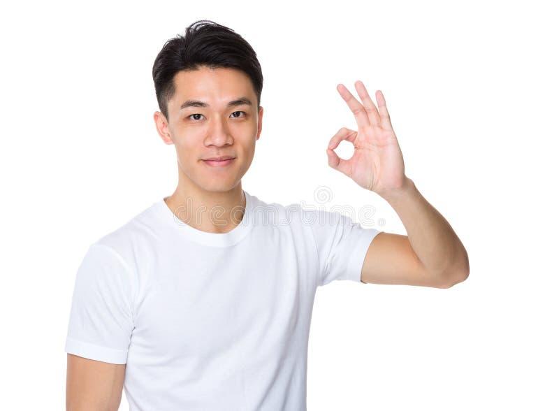 Homem com gesto aprovado do sinal fotografia de stock royalty free