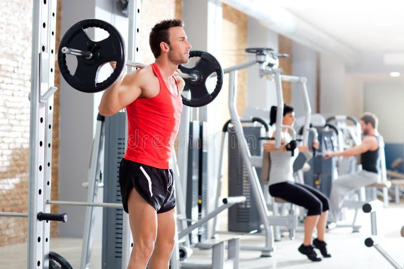 Homem com ginástica do equipamento de treinamento do peso do dumbbell foto de stock royalty free