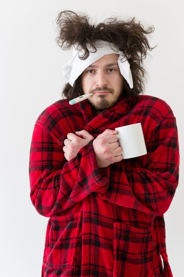 Homem com gripe e febre imagem de stock royalty free