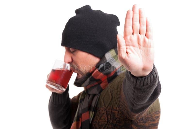 Homem com a gripe que faz o gesto da parada foto de stock royalty free