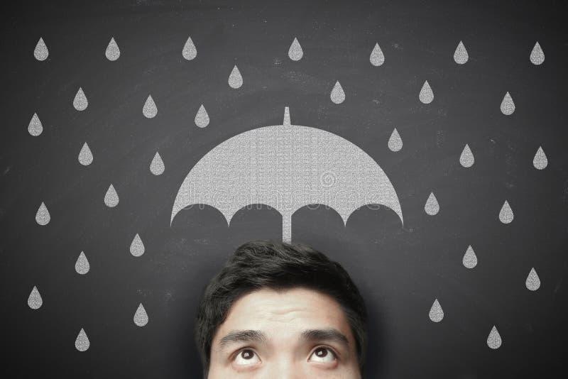 Homem com guarda-chuva e pingos de chuva fotografia de stock