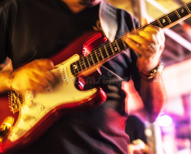 Homem com guitarra fotos de stock royalty free