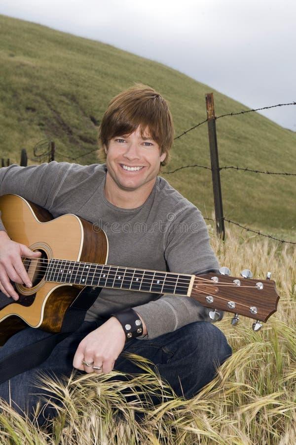 Homem com guitarra foto de stock