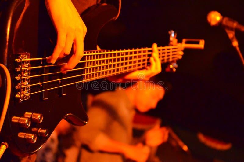 Homem com guitarra imagens de stock royalty free
