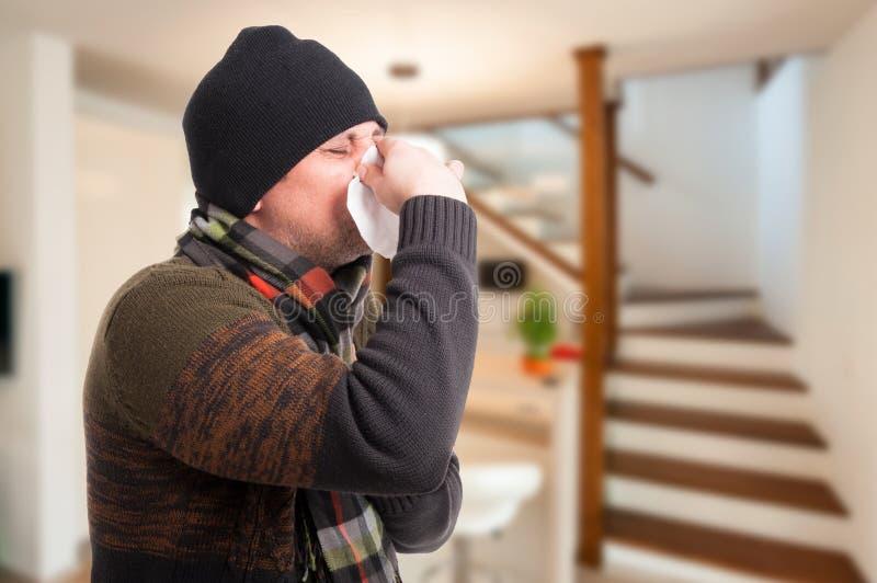 Homem com a infecção da cavidade que funde seu nariz imagem de stock
