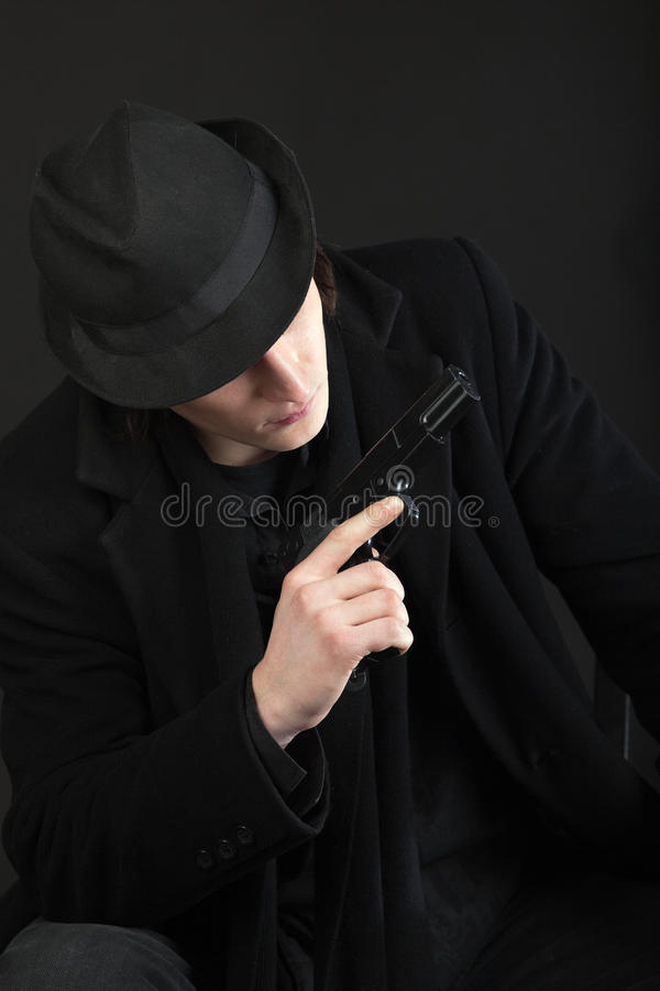Homem com injetor e chapéu negro foto de stock