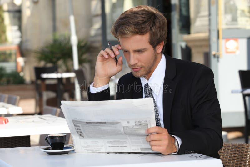 Homem com jornal imagens de stock royalty free