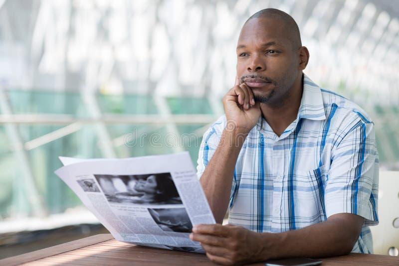 Homem com jornal fotos de stock