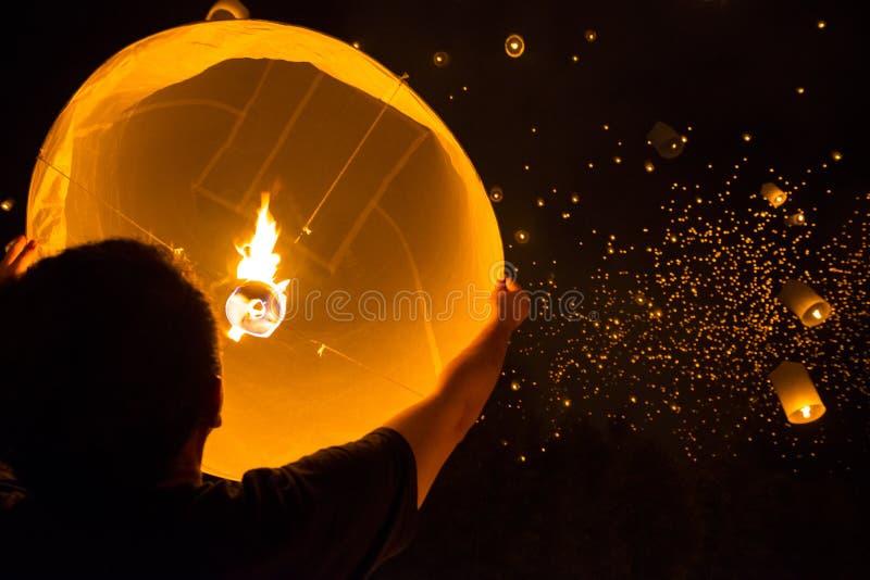 Homem com lâmpada de flutuação imagem de stock