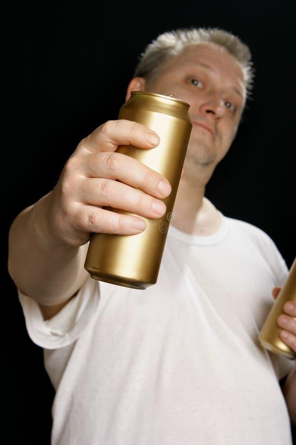 Homem com lata de cerveja fotografia de stock royalty free