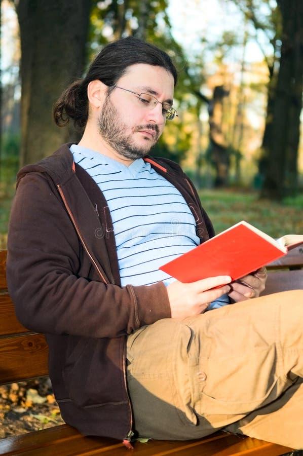 Homem com livro imagens de stock