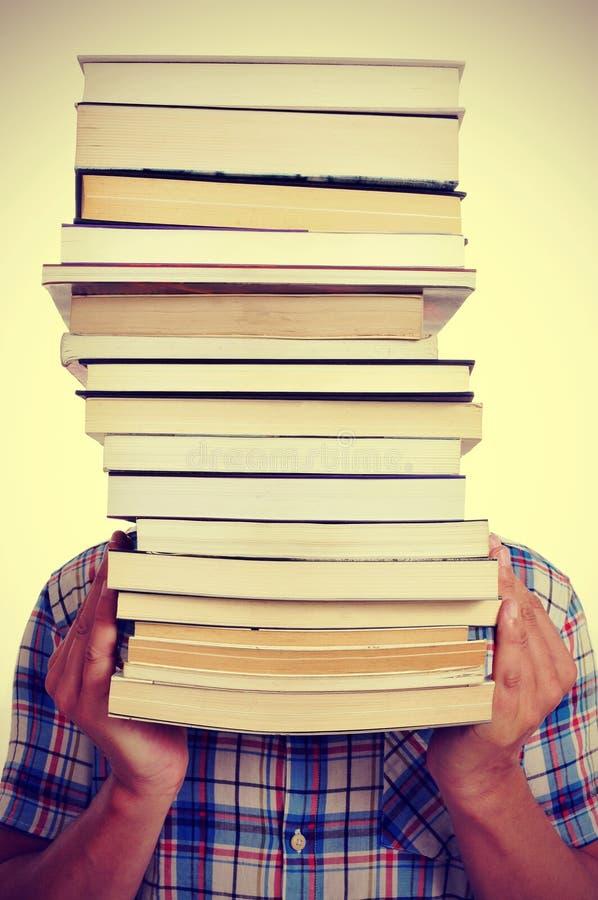 Homem com livros, com um efeito do filtro fotos de stock