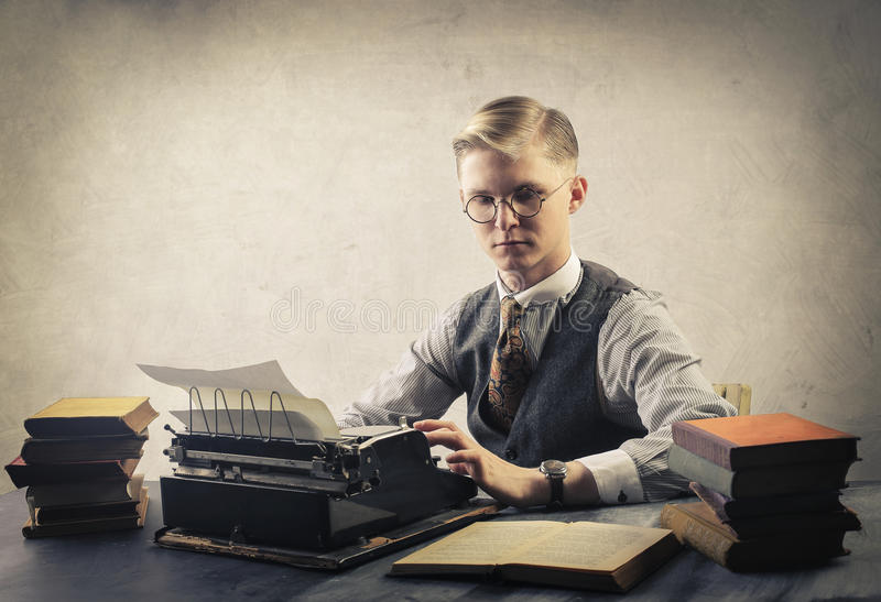 Homem com máquina de escrever imagem de stock royalty free