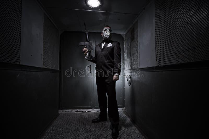Homem com a máscara do rifle e de gás foto de stock royalty free