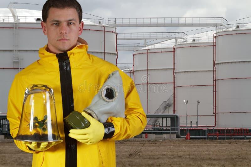 Homem com máscara e planta de gás imagens de stock royalty free