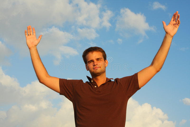 Homem com mãos abertas no ar fotos de stock