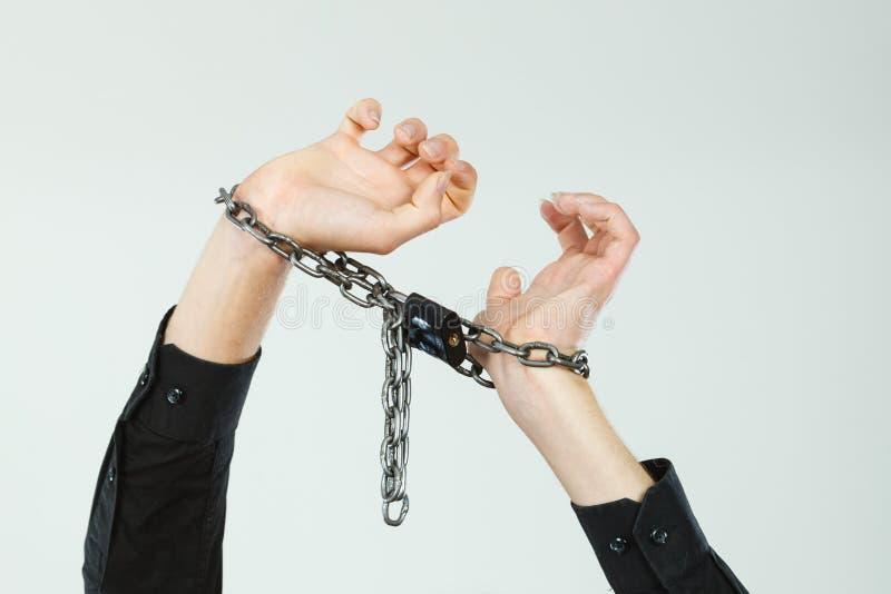 Homem com mãos acorrentadas, nenhuma liberdade imagens de stock