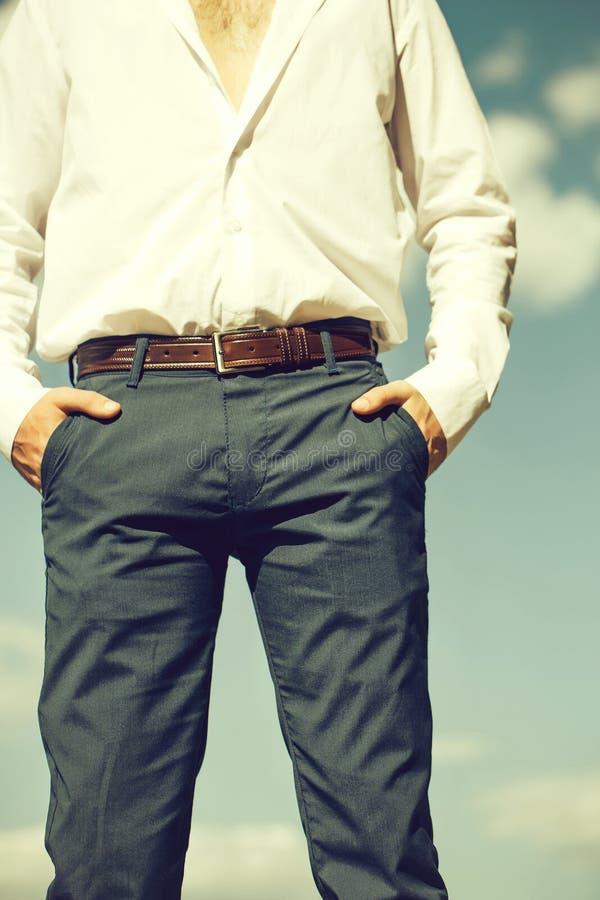 Homem com mãos em uns bolsos imagens de stock
