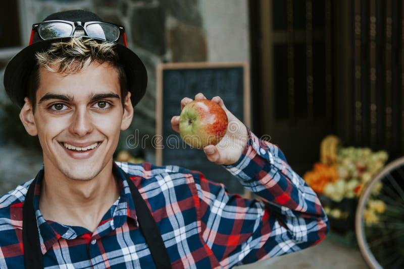 Homem com maçã fotografia de stock